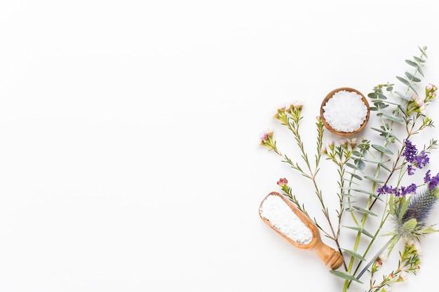 Bio kruidengroen cosmetisch arrangement, zeezout en handgemaakte cosmetica.