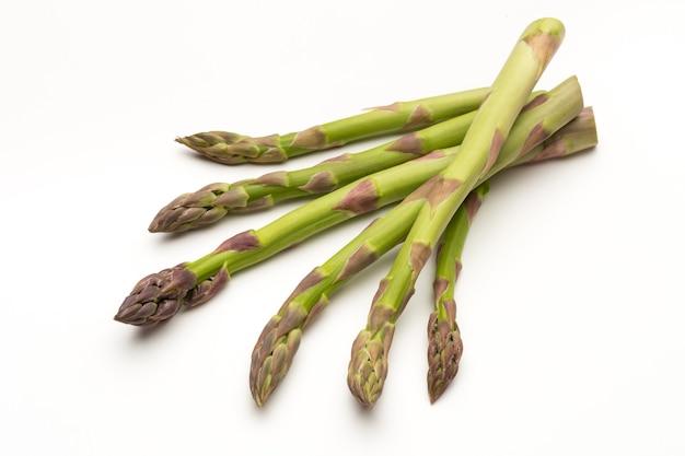Bio verse groene asperges geïsoleerd op een witte achtergrond.