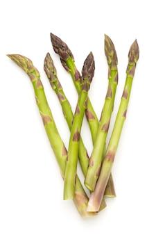 Bio verse groene asperges geïsoleerd op een witte achtergrond