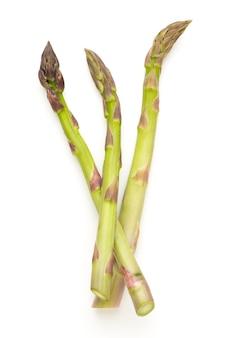 Bio verse groene asperges geïsoleerd op een witte ondergrond.