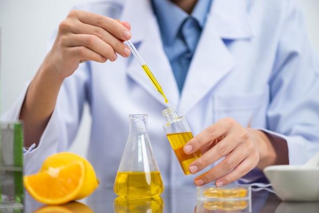 Biobrandstof onderzoeksproces in laboratorium, microalgen photobioreactor voor alternatieve energie-innovatie in renewable energy laboratory