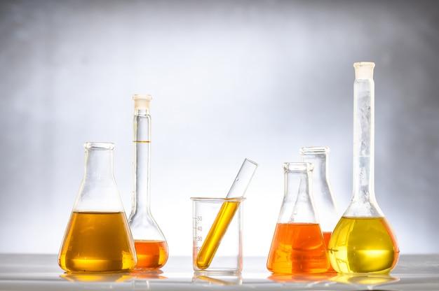 Biobrandstof uit maïs, olie en biobrandstofoplossing.
