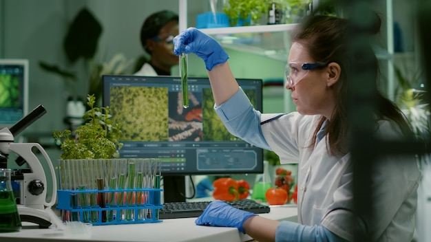 Biochemie arts die chemische test onder de microscoop onderzoekt