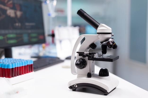 Biochemische medische microscoop klaar voor biologisch dna-monster