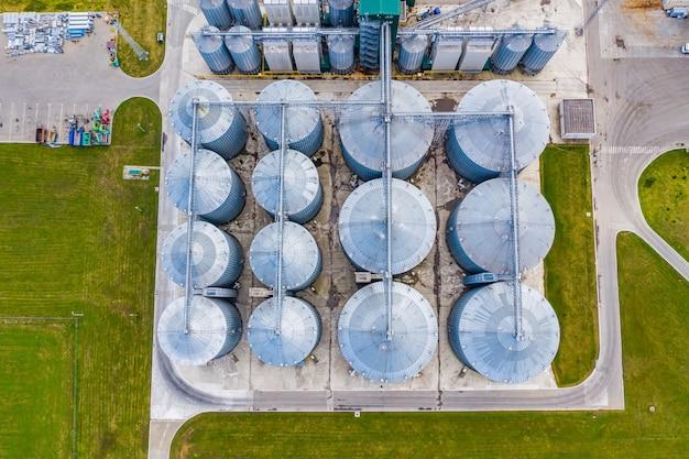 Biogas fabriek. duurzame productie van biobrandstof. moderne fabriek. luchtfoto op de moderne biobrandstoffabriek. uitzicht van boven.