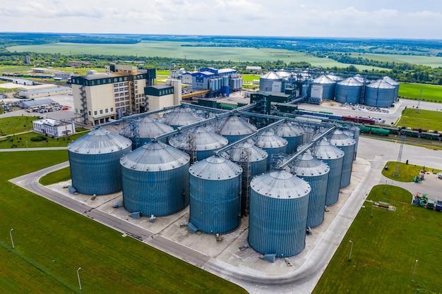Biogasfabriek buiten stadsgebouwen. veel fans ventileren de ruimte. ecologische biobrandstof. uitzicht van boven.