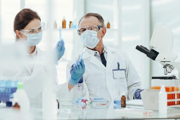 Biologen vergelijken testresultaten
