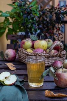 Biologisch appelsap met verse rijpe appels
