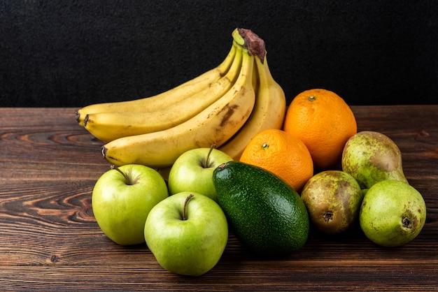 Biologisch fruit geïsoleerd op tafel