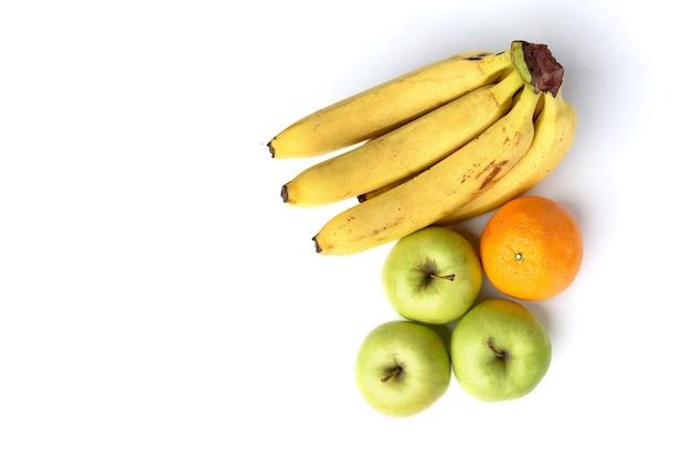 Biologisch fruit geïsoleerd op wit