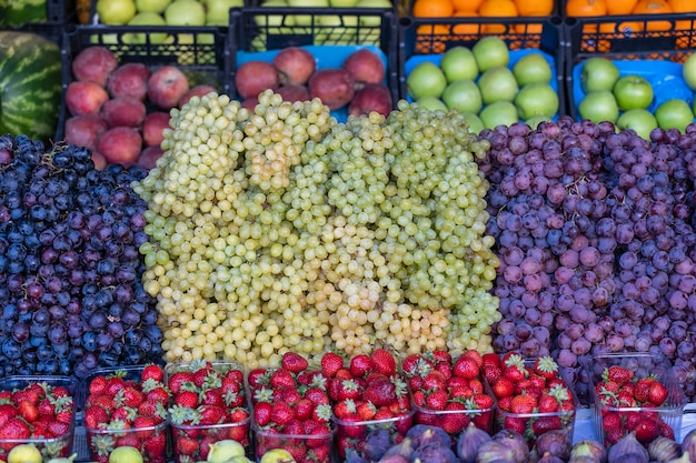 Biologisch fruit op de boerenmarkt in bodrum, turkije. vers fruit te koop in een straatmarkt