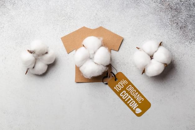 Biologisch katoenen kledingconcept met label. t-shirt van papier. eco-kleding. hoge kwaliteit foto