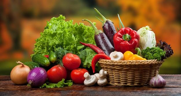 Biologisch voedsel achtergrond groenten in een mandje
