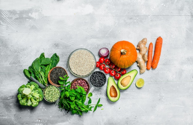 Biologisch voedsel. gezonde groenten en fruit met peulvruchten. op een rustieke achtergrond.