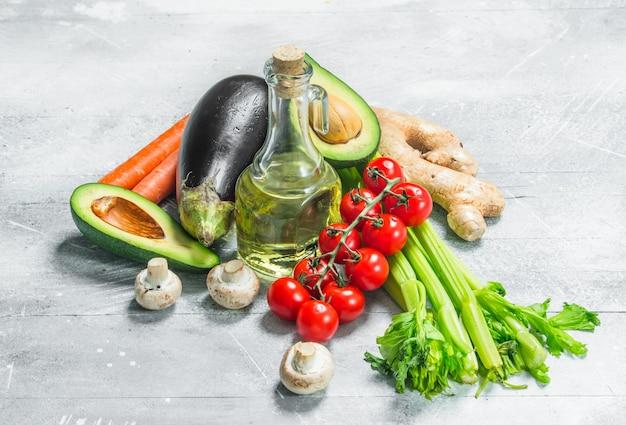 Biologisch voedsel. groot assortiment aan gezonde groenten en fruit. op een rustieke tafel.