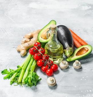 Biologisch voedsel. groot assortiment van gezonde groenten en fruit op een rustieke tafel.