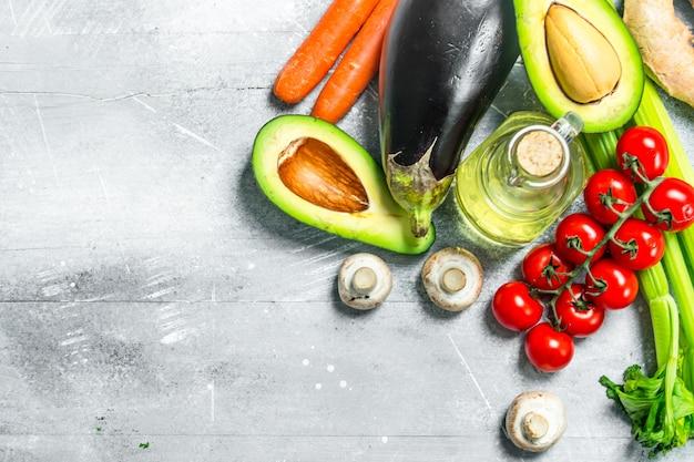 Biologisch voedsel. groot assortiment van gezonde groenten en fruit op houten tafel.