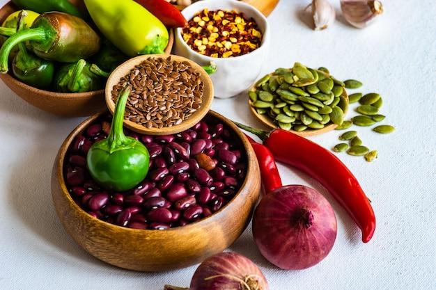 Biologisch voedsel met granen en groenten