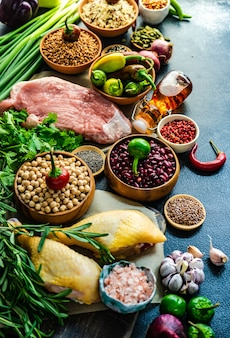 Biologisch voedsel met vlees en granen