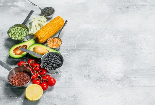 Biologisch voedsel. rijpe groenten met peulvruchten. op een rustieke achtergrond.