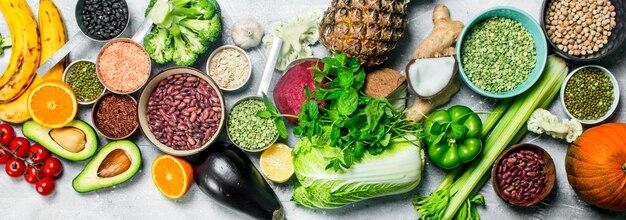 Biologisch voedsel. rijpe groenten met peulvruchten. op een rustieke tafel.