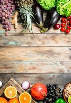 Biologisch voedsel. vers fruit en groenten. op een houten.
