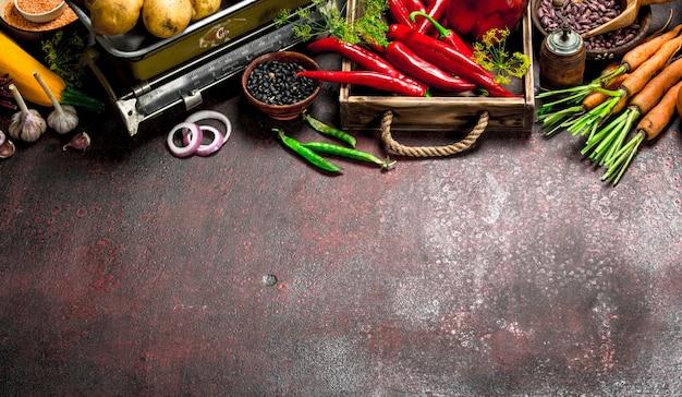 Biologisch voedsel. vers gewas van peulvruchten en groenten op een rustieke tafel.