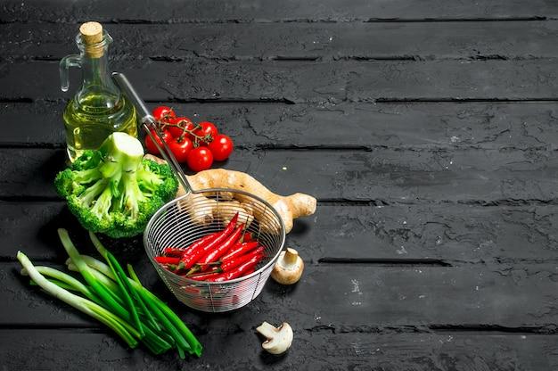 Biologisch voedsel. verschillende gezonde groenten. op een zwarte rustieke achtergrond.