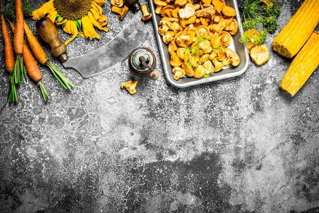 Biologisch voedsel verse champignons en groenten op een rustieke achtergrond