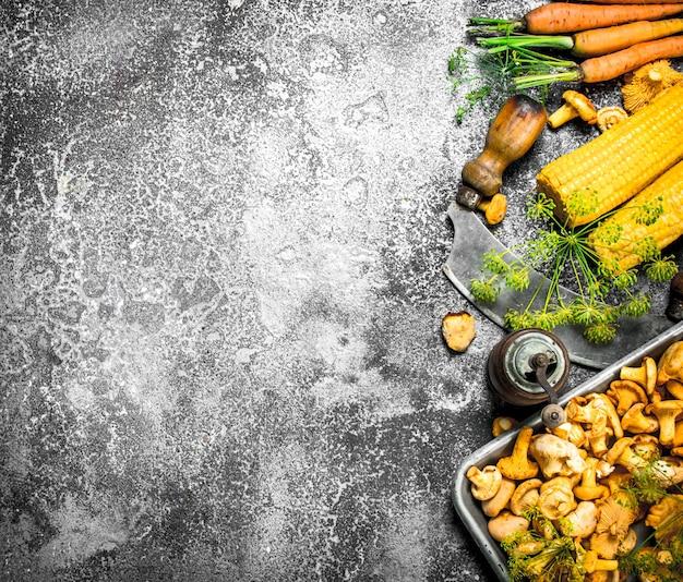 Biologisch voedsel. verse champignons en groenten.