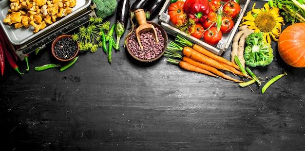 Biologisch voedsel. verse groenten en champignons.