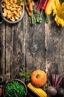 Biologisch voedsel. verse groenten en fruit. op een houten achtergrond.