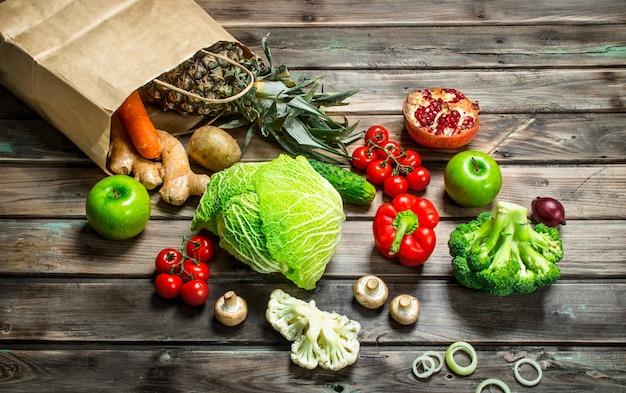 Biologisch voedsel. voedselpakket met gezonde groenten en fruit op een rustieke tafel.