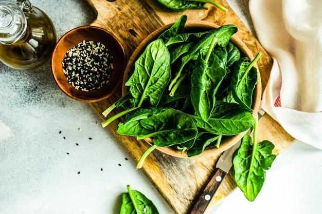Biologisch voedselconcept met verse bladeren van de babyspinazie