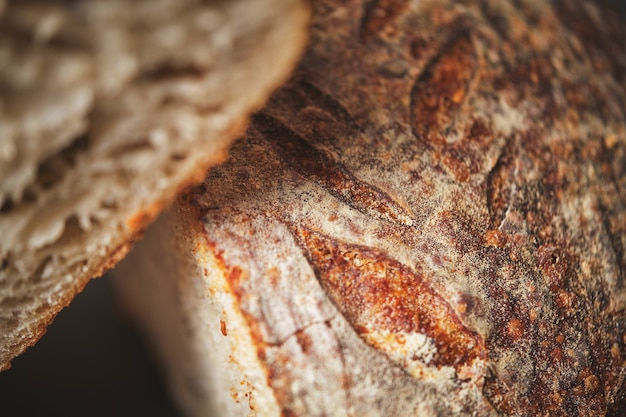 Biologisch zuurdesembroodkruim met volkoren meel