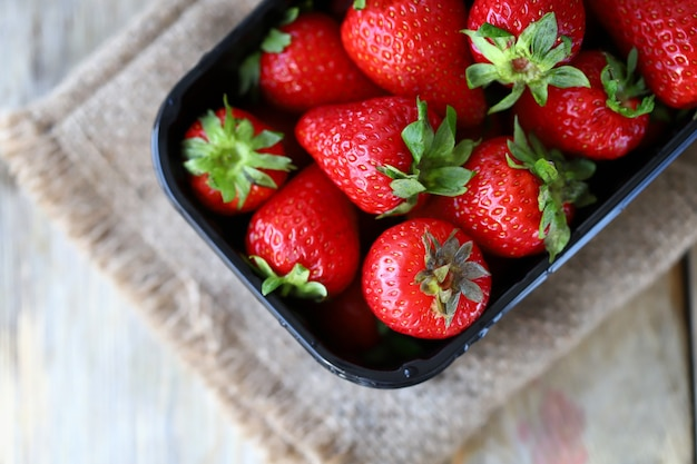 Biologische aardbeien in een bakje verse aardbeien