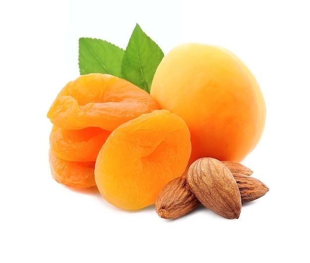 Biologische abrikozenvruchten met gedroogde abrikozen en amandelen die op wit worden geïsoleerd