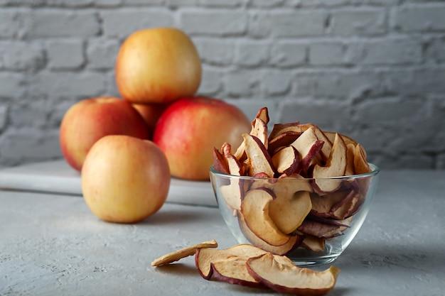 Biologische appelchips met kopieerruimte. vegetarische fruitsnack.