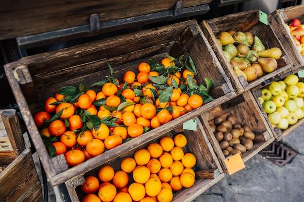Biologische appels, peren, kiwi's, mandarijnen, sinaasappels op boerenmarkt