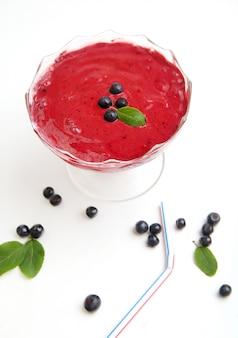 Biologische blueberry fresh smoothy gemaakt met verse ingrediënten en blad