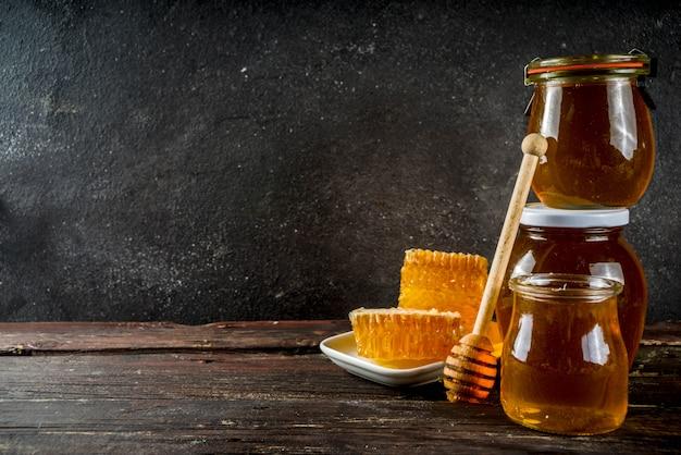 Biologische boerderijhoning in potten met honingraten