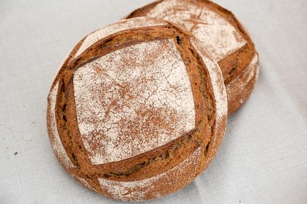 Biologische boerenbroodjes gemaakt van zuurdesem met verschillende granen