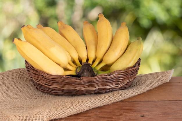 Biologische bos rijpe gele bananen in de mand.