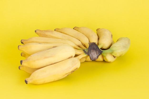 Biologische bos rijpe gele bananen.