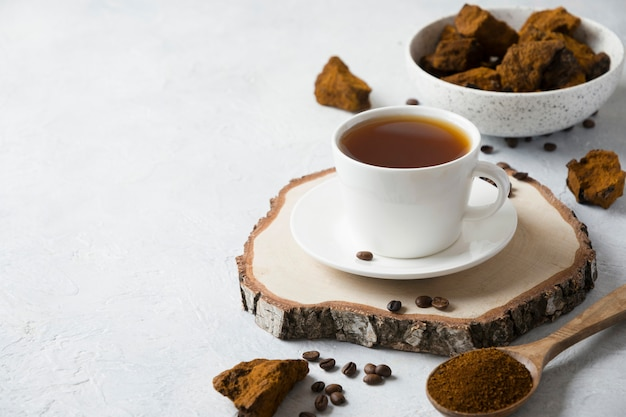 Biologische chaga paddenstoelenkoffie. trendy gezonde infusie. detailopname.