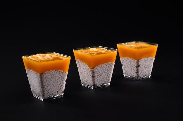 Biologische chia pudding met mangopuree erop.