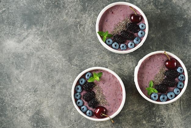 Biologische chiazaad-smoothie met bramen, kersen, bosbessen en yoghurt