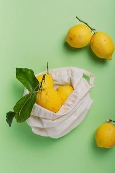 Biologische citroenen met groen blad