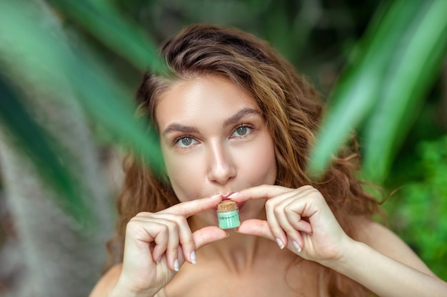 Biologische cosmetica. de vrij jonge kruik van de vrouwenholding met oogschaduw