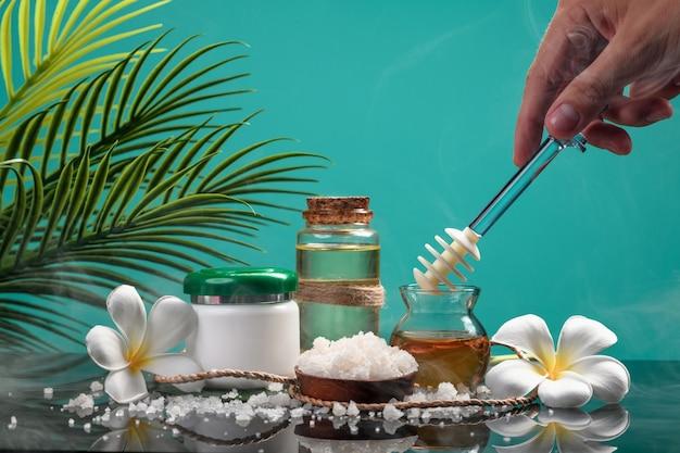 Biologische cosmetica. een hand haalt honing uit een pot om hem in te pakken
